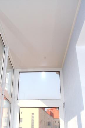 Comment et à partir de quoi faire des plafonds sur le balcon?