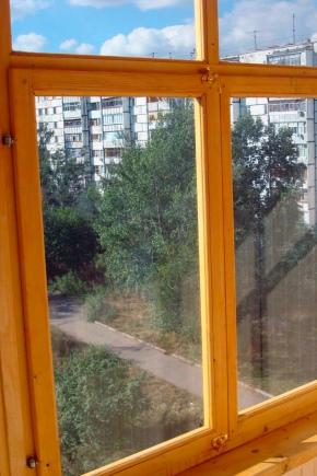 Vitrage des balcons avec des cadres en bois