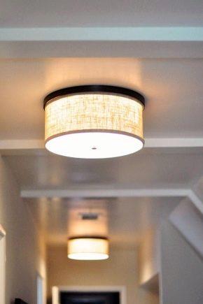 Moderna taklampor i korridoren