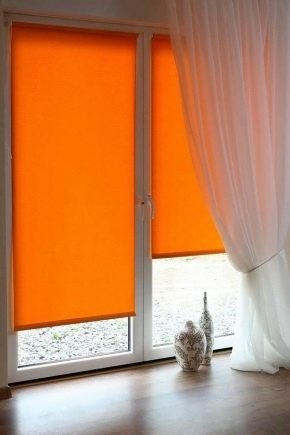 Fönster dekoration med rullgardiner och tulle