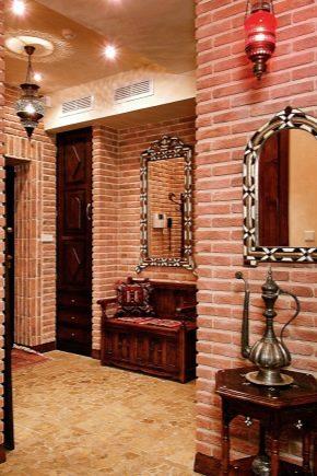 Dekoracyjne cegły we wnętrzu korytarza