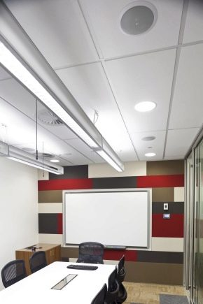 Plafond Armstrong: avantages et inconvénients