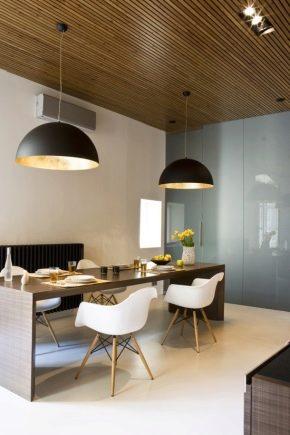Le plafond des lattes de bois dans l'aménagement intérieur
