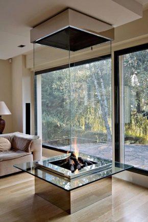 Moderna glas eldstäder i inredningen av hemmet