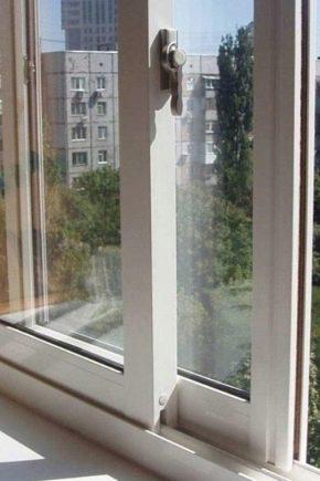 Possui janelas deslizantes de plástico