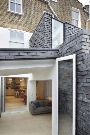Designen av huset mot tegelsten