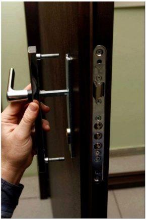 Οι κλειδαριές στις πόρτες του σπιτιού επισκευάζονται