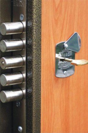 Как да поставите брави в метални врати?