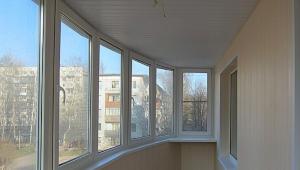Afwerking van het balkon met kunststof panelen