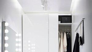 एक आधुनिक इंटीरियर में सफेद अलमारियाँ Ikea