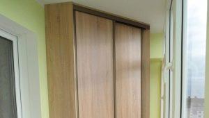 Hörn garderob på balkongen: funktioner av val och placering