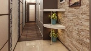 The combination of tiles and laminate in the hallway