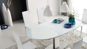Tables pliantes en verre à l'intérieur