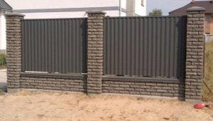 Göra ett staket av tegelstenar och korrugerade sina egna händer
