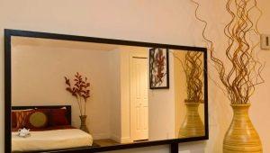 Spegel i en ram - en funktionell och vacker inredning i rummet