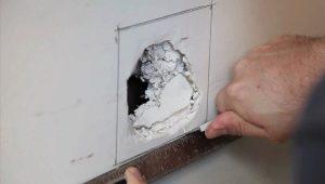 Comment réparer un trou dans la cloison sèche sur le mur?