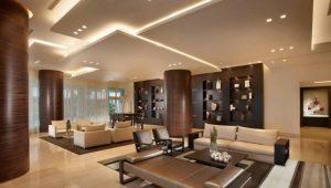 Plafonds en plaques de plâtre à plusieurs niveaux avec éclairage à l'intérieur