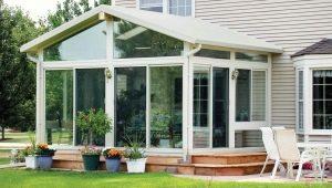 Véranda à la maison avec des fenêtres en plastique: caractéristiques de conception