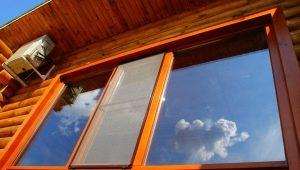 Os detalhes da instalação de janelas em uma casa de madeira