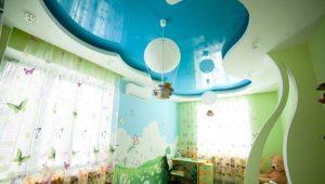Faux plafond à deux niveaux à l'intérieur de la chambre des enfants