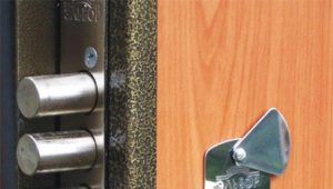 วิธีการใส่ล็อคในประตูโลหะ?