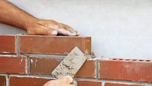 Caratteristiche e tecnologia di affrontare una casa con mattoni