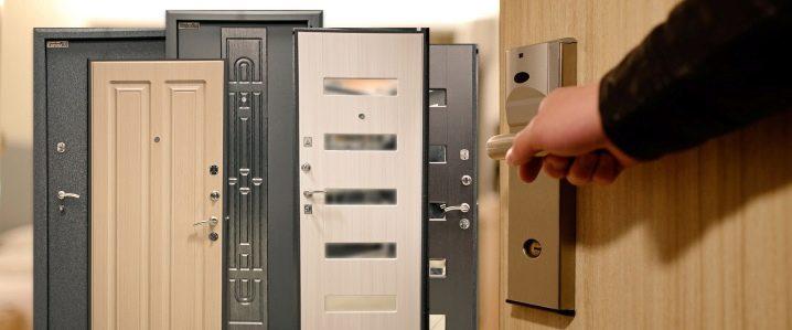 Storlekar av ingångs metalldörrar med en låda