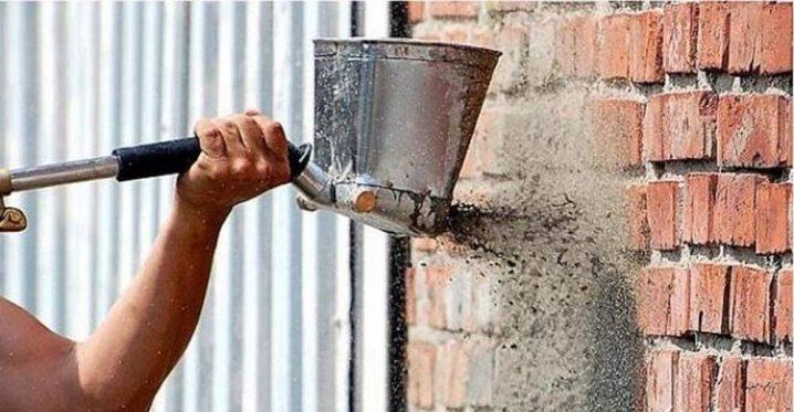 Comment plâtrer un mur de briques?