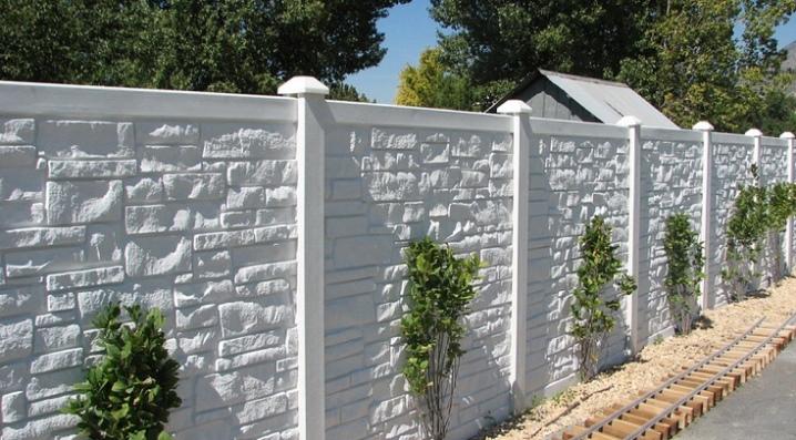 Decorative concrete fence: beautiful design options