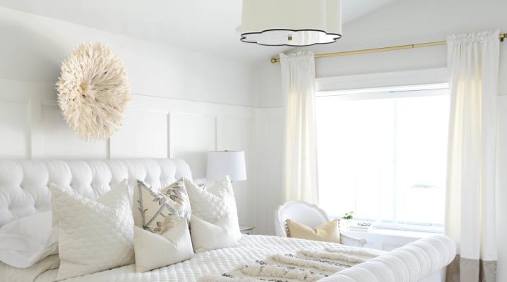 Chambre blanche dans un style moderne
