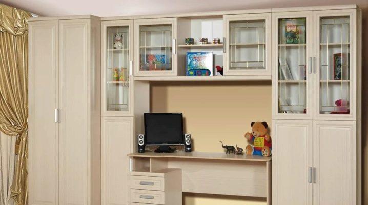 Barnens vägg med bord och garderob