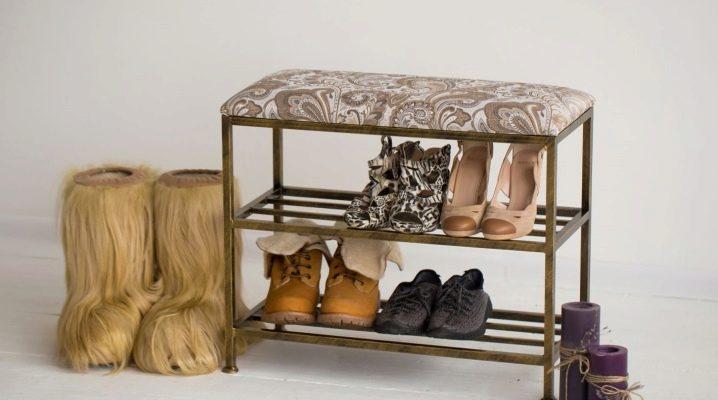 Hyllor för skor på korridoren