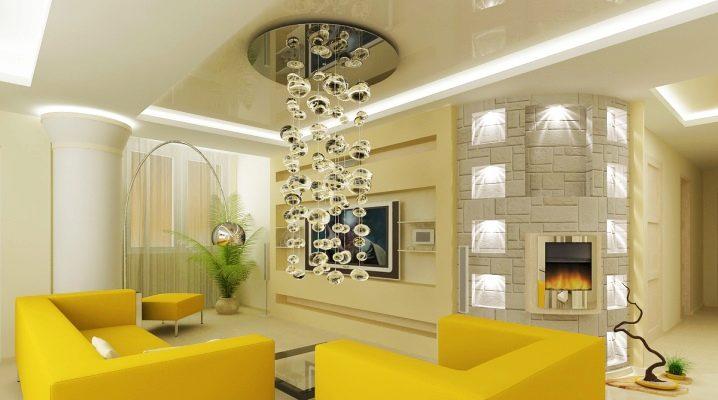 Moderna ljuskronor i inredningen av lägenheten