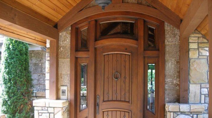 Ingång trä dörrar till ett privat hus