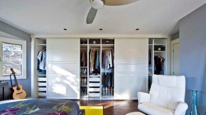 Choisir des armoires avec des étagères