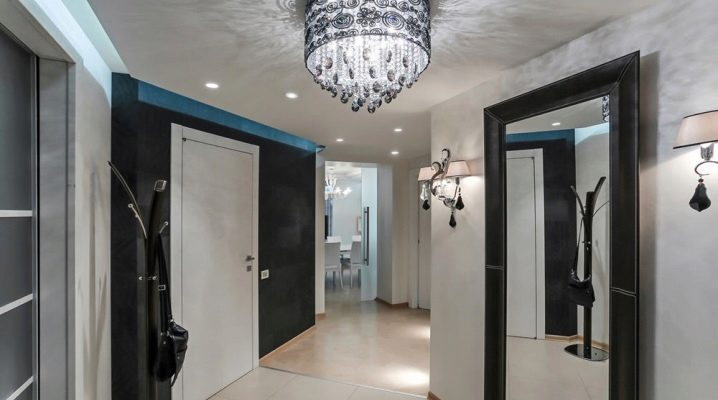 Design with large mirrors in the hallway