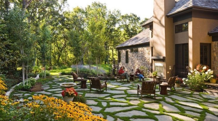 Landscaping Ideas for a Country House Courtyard