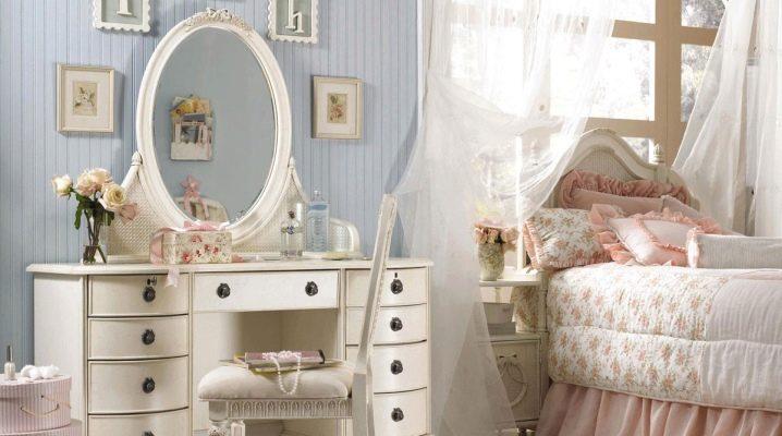 Comment décorer la pièce avec une coiffeuse blanche?