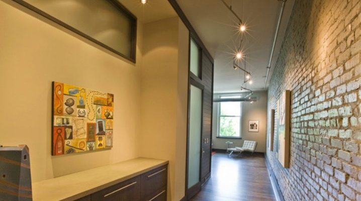 Dinding perabot di sebuah dewan dalam gaya moden