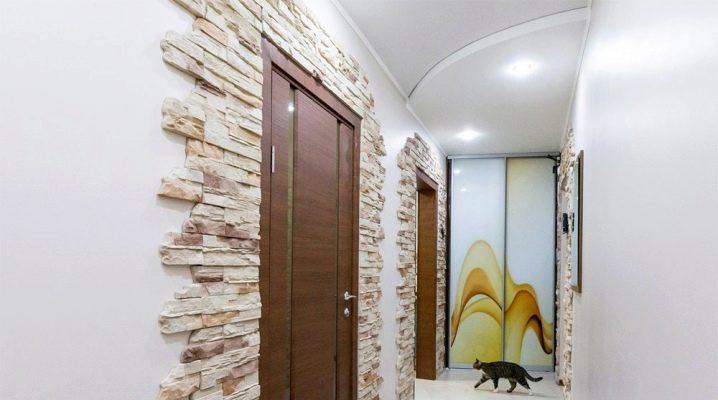 Dekorowanie korytarza ozdobnym kamieniem i tapetą