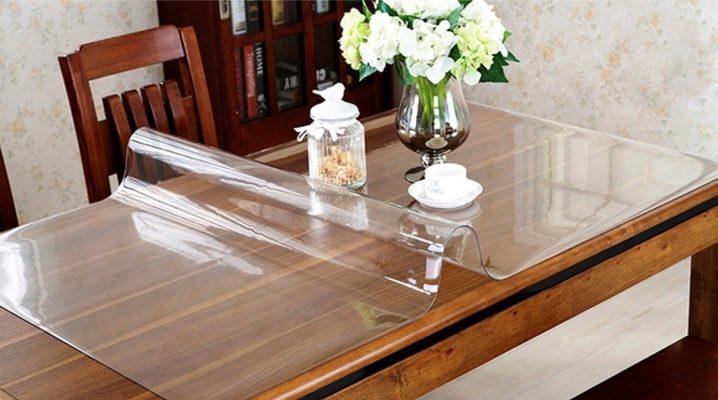 Прозрачни силиконови тампони върху масата