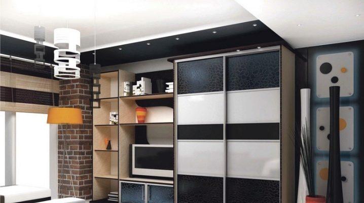 Väggarna i rummet med en rymlig garderob
