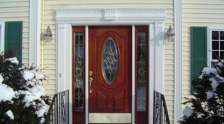 Ingångsdörrar med glas för ett lanthus