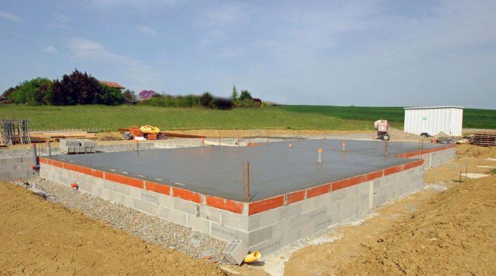 Betonggolv på marken i ett privat hus: enhet och hällregler