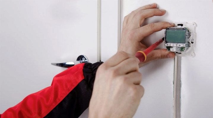 Funktioner för anslutning av ett värmeisolerat golv till en temperaturregulator