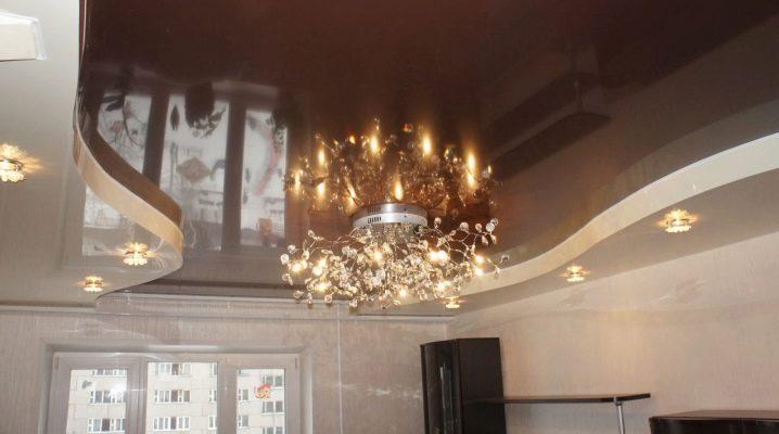Två nivåer tak med belysning: deras enhet, fördelarna och nackdelarna
