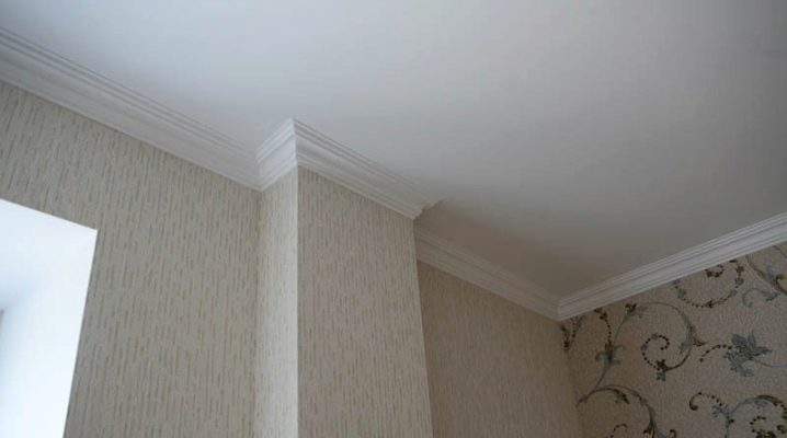 Comment coller les plinthes au plafond?