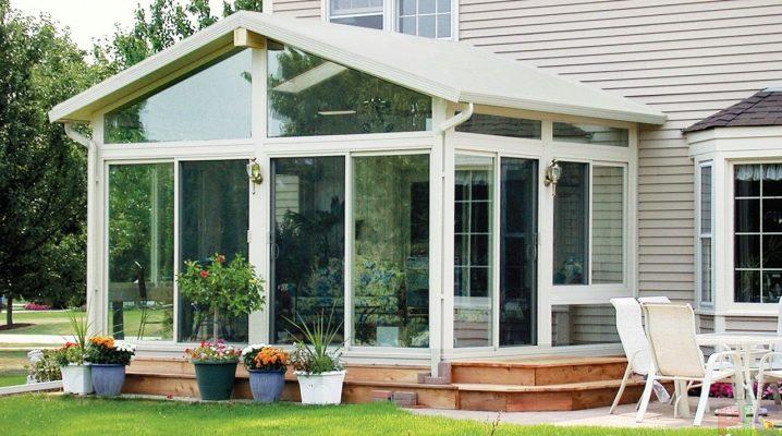 Veranda till huset med plastfönster: designfunktioner