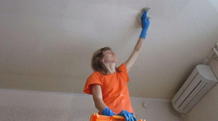 Så tvättar man whitewash från taket: sätt och medel