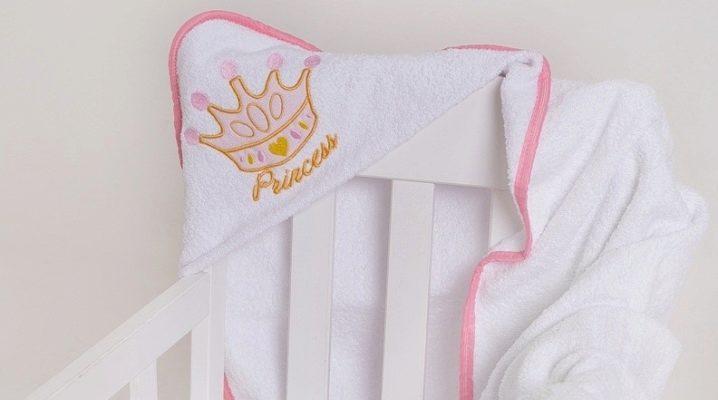 नवजात बच्चों के लिए एक कोने के साथ तौलिया